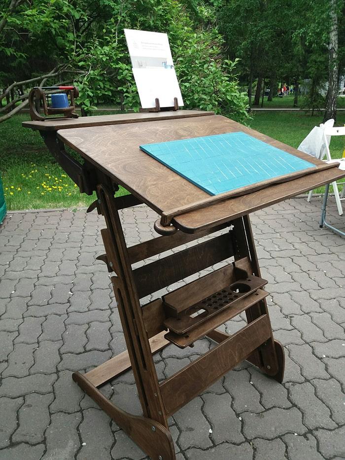 Высокие столы, парты-конторки, растущие и коленные стулья для учебы и работы стоя